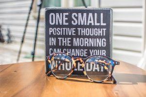 Reminders op de werkplek helpen je te herinneren aan je voornemens.  Photo by Binti Malu from Pexels.