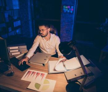 Waarom controle ons vrijheid kost en stress geeft. Doordat je teveel werk op je schouders neemt kost moet je overwerken tot laat in de avond.
